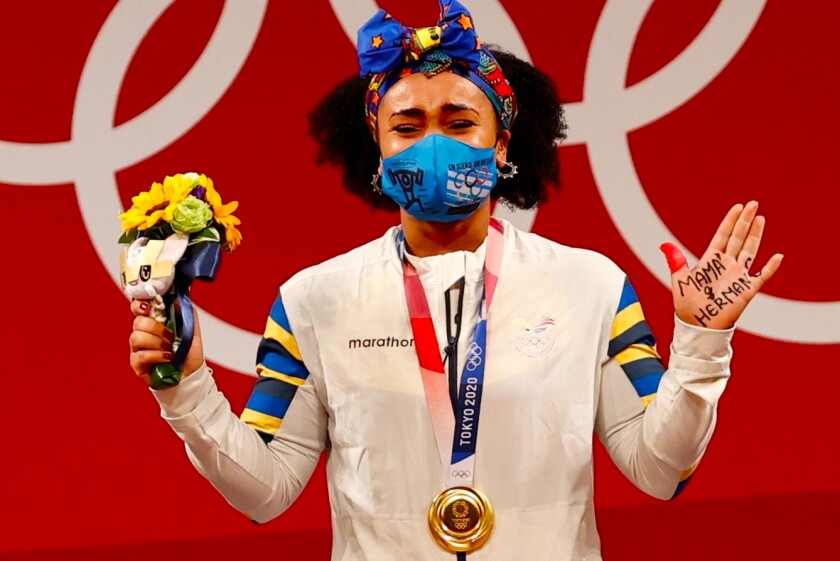 Neisi Dajomes, de Ecuador, celebra en el podio tras conseguir el oro