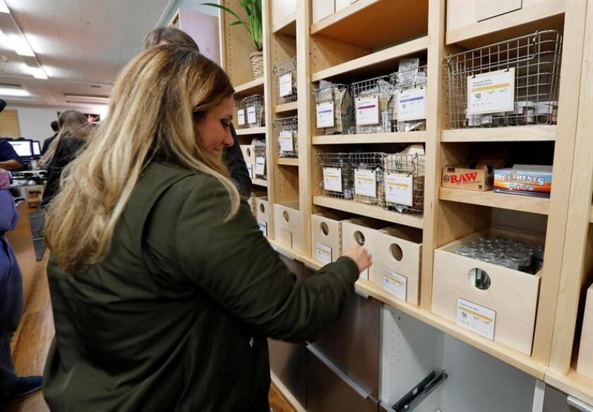 Los maestros de escuelas públicas de Denver, Colorado, que se unieron a una huelga de docentes tienen descuento en un dispensario de marihuana local ya que el impuesto a la venta de esta sustancia no se utiliza para ayudarlos, según anunció hoy el propio centro comercial. EFE/Archivo