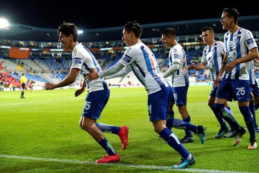 El jugador Erick Gutiérrez (i) de Pachuca festeja con sus compañeros luego de anotar un gol contra Tijuana durante un partido correspondiente a la jornada 7 del torneo Clausura 2018 del fútbol mexicano en el estadio Hidalgo de la ciudad de Pachuca (México). EFE