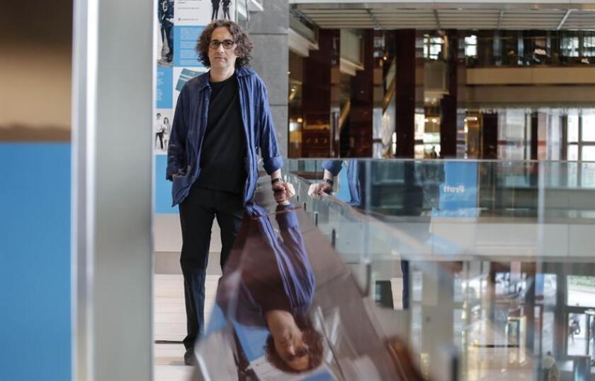 Fotografía del 19 de septiembre de 2018, donde aparece el guitarrista español Óscar Peñas mientras posa para Efe en un centro comercial en Nueva York (EE.UU.). EFE