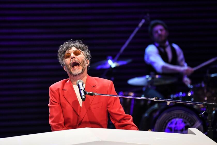 """Fito Páez reacciona con mucha emoción tras haber ganado el Grammy por su álbum """"La conquista del espacio""""."""