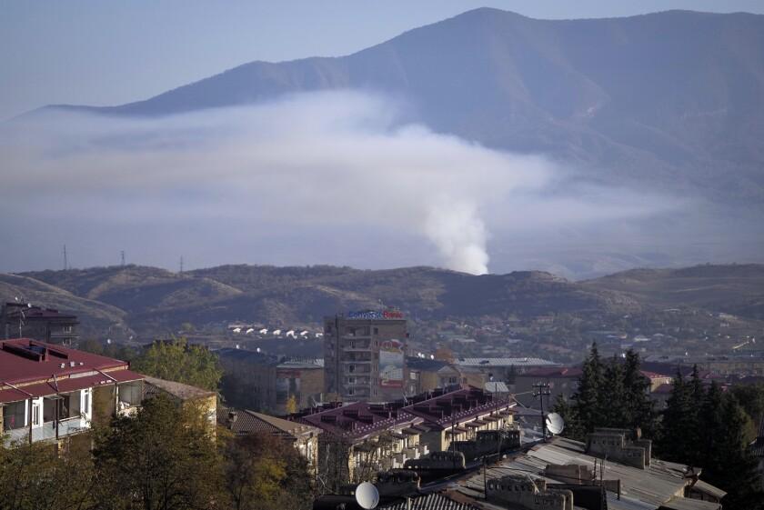 Una columna de humo se eleva tras caer proyectiles disparados por la artillería de Azerbaiyá