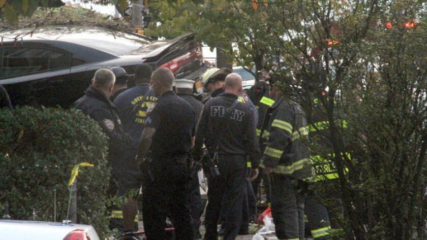 Un coche conducido por un hombre de 63 años se abalanzó contra una casa por causas que aún se desconocen y golpeó a varias personas en la calle, según Eyewitness News, del canal ABC 7.