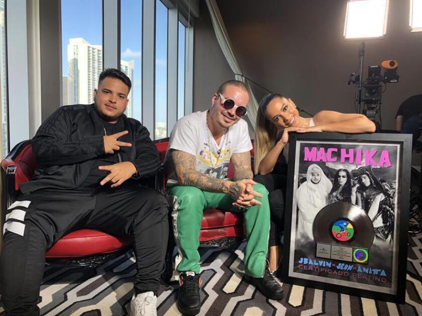 """El cantante colombiano J. Balvin (c), la brasileña Anitta (d) y el joven artista caribeño Jeon (i) posan tras recibir la placa de platino de ventas por su éxito """"Machika"""" este miércoles, 21 de febrero de 2018, en Miami, Florida (EE.UU.). EFE"""