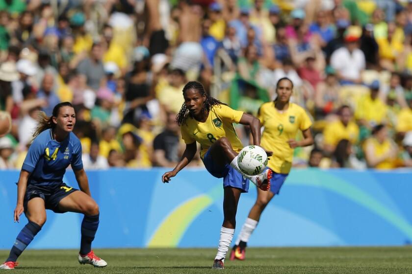 ARCHIVO - La brasileña Formiga (centro) remata ante la sueca Emilia Appelqvist