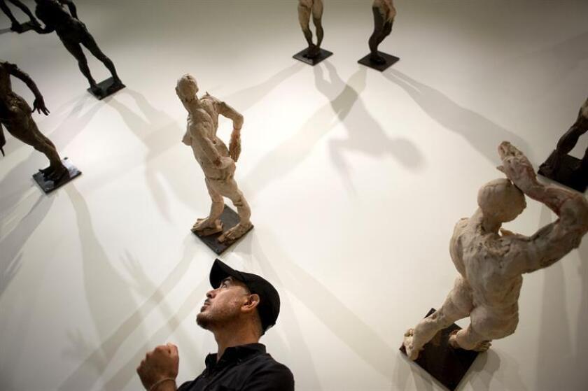 El escultor mexicano Javier Marín presentó hoy en la plaza del Louvre de París su nuevo juego escultórico, un monumental caballero rojo de más de siete metros de altura, erigido justo encima de otra estatua idéntica que a primera vista parece su reflejo. EFE/Archivo