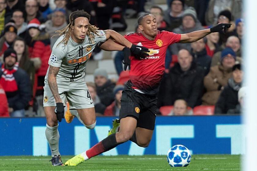 Kevin Mbabu (i) de Young Boys disputa el balón con Anthony Martial (d) del Manchester United durante un partido. EFE/Archivo