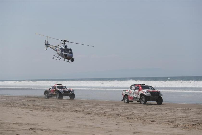 El catarí Nasser Al-Attiyah (d) conduce su vehículo Toyota y el francés Stephane Peterhansel (i) su Mini hoy, durante la quinta etapa del Rally Dakar 2019, que se corre entre Tacna y Arequipa (Perú). EFE