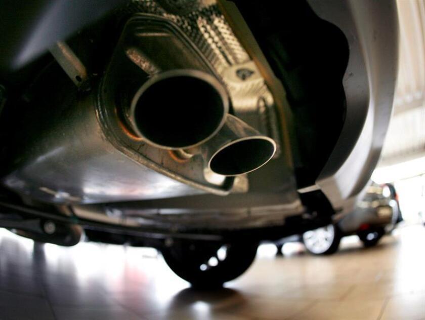 Imagen del tubo de escape de un coche. EFE/Archivo
