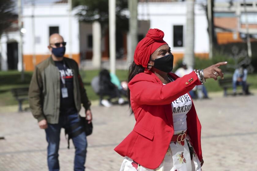 Seguida por su guardaespaldas asignado por el gobierno, la líder comunitaria Luz Nelly Santana