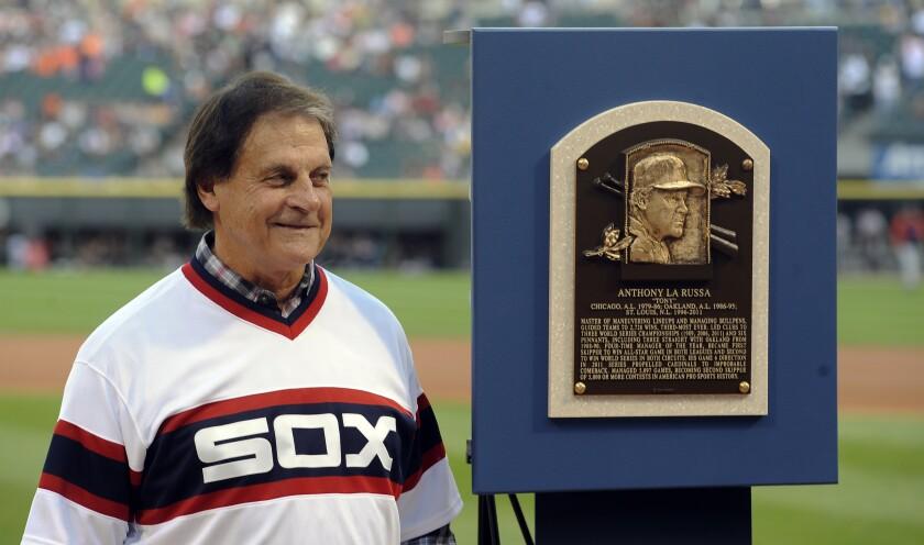 Tony La Russa posa con su placa del Salón de la Fama