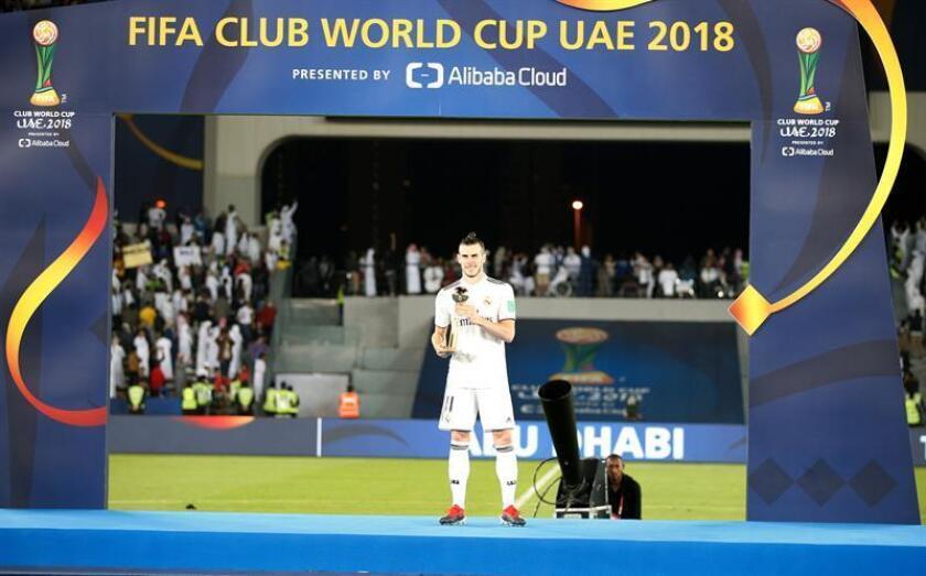 El galés Gareth Bale levanta su trofeo como mejor jugador del Mundial de Clubes ante el Al Ain FC en Abu Dabi, Emiratos Árabes Unidos. EFE/EPA/ALI HAIDER