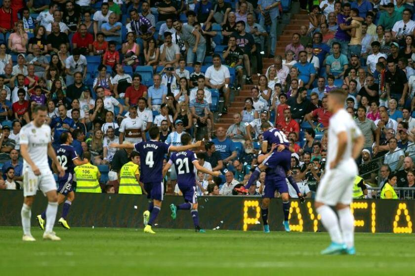 Los jugadores del Real Valladolid celebran el gol del empate ante el Real Madrid, en el partido correspondiente a la 2? Jornada de LaLiga Santander, disputado en el Estadio Santiago Bernabéu, en Madrid. EFE/Rodrigo Jiménez