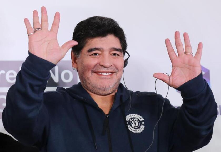 """Maradona se siente """"muy bien"""" una semana después de operarse de la rodilla"""