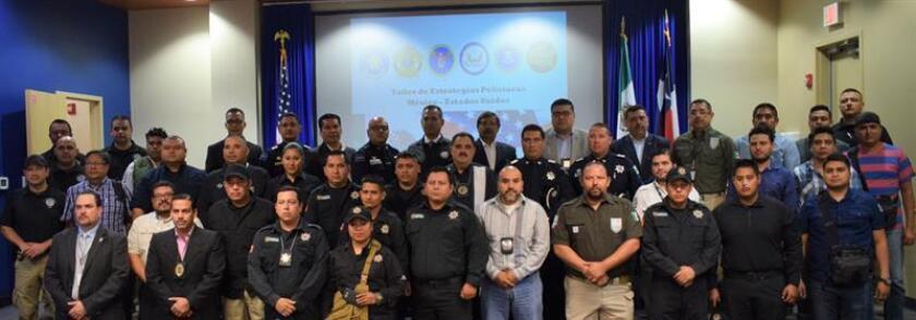 Miembros de las autoridades mexicanas posan hoy, 14 de noviembre de 2017, en un centro de entrenamiento de McAllen, Texas, antes del inicio del curso para combatir el tráfico de drogas. Varias agencias del orden de Estados Unidos iniciaron hoy un programa en McAllen (Texas) destinado a entrenar y compartir experiencias con autoridades de la seguridad fronteriza de México para combatir un enemigo común: el tráfico de drogas. EFE