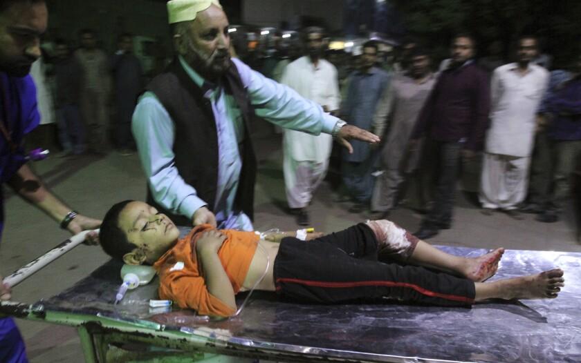 Un niño herido por el estallido de una bomba en un templo sufí es traído a un hospital en Karachi, Pakistán, el sábado 12 de noviembre de 2016. Una bomba estalló en un templo sufi en la provincia de Baluchistán, en el suroeste de Pakistán, matando 50 personas y dejando heridas a más de 100, según las autoridades. (AP Foto/Fareed Khan)
