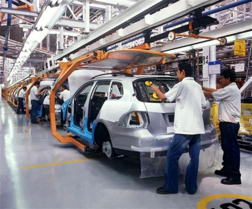 Imagen cedida el 7 de enero de 2008, por la empresa Volkswagen México que estableció en 2008 un nuevo récord de producción de vehículos al fabricar 450.802 unidades, de las cuales 378.288 fueron destinadas a la exportación. EFE/Archivo