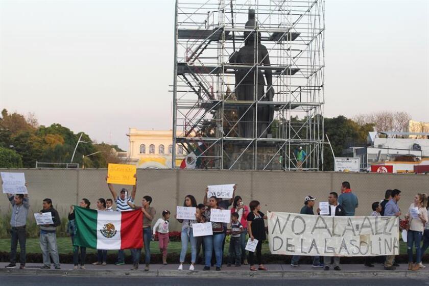 Ciudadanos protestan hoy, viernes 30 de diciembre de 2016, en Guadalajara (México). Militantes de partidos, activistas, comerciantes y ciudadanos de a pie se manifestaron hoy en diversas ciudades de México contra el inminente aumento a los precios de las gasolinas, anunciado el martes por el Gobierno y que entrará en vigor el próximo domingo. EFE
