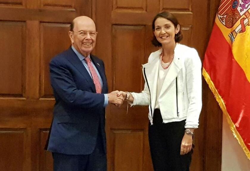 El secretario de Comercio de EE.UU., Wilbur Ross (i), saluda a la ministra de Industria, Comercio y Turismo de España, Reyes Maroto, momentos antes de la reunión celebrada hoy en Washington. EFE/Ministerio de Industria, Comercio y Turismo de España