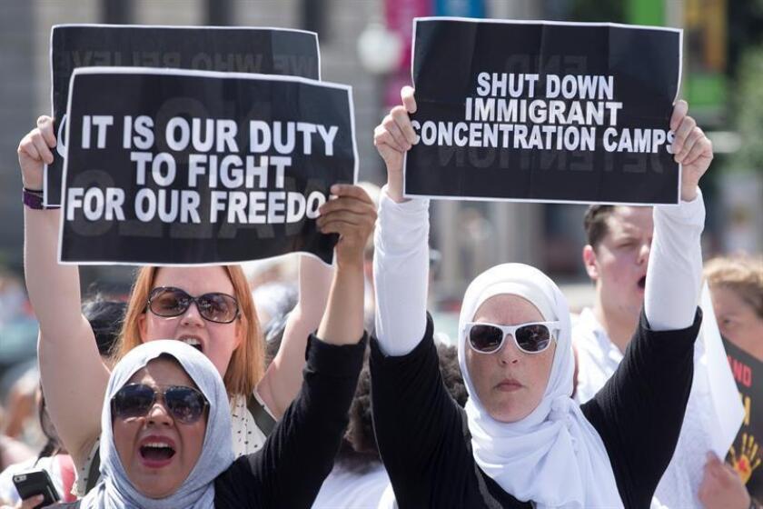 Varias mujeres participan en una protesta contra la separación de familias de inmigrantes y las políticas migratorias de Estados Unidos en la frontera con México, en Washington D.C (Estados Unidos) hoy, 28 de junio del 2018. EFE