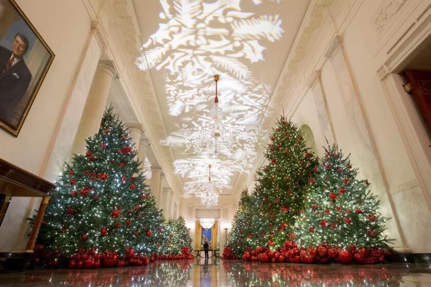 Imagen del Cross Hall donde se han instalado varios árboles de Navidad, en la Casa Blanca, en Washinton (Estados Unidos), hoy, 26 de noviembre de 2018. EFE