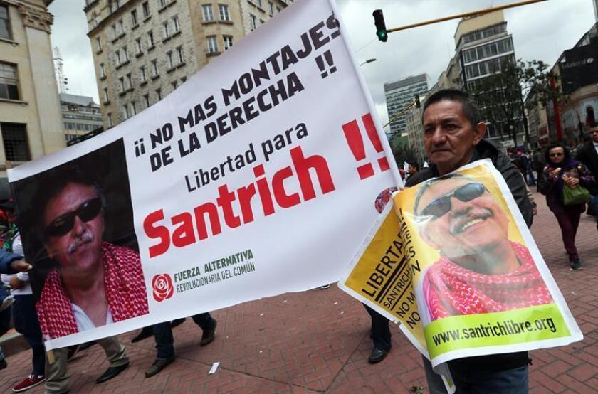 """La """"conducta delictiva"""" de Jesús Santrich, uno de los líderes del partido colombiano FARC, se produjo después de que entrara en vigor el acuerdo de paz, por lo que el Gobierno ha solicitado formalmente su extradición, informó hoy a Efe el Departamento de Estado. Seguidores del partido Fuerza Alternativa Revolucionaria del Común (FARC) piden la libertad del líder de la FARC Jesús Santrich, detenido el pasado 9 de abril. EFE/ARCHIVO"""