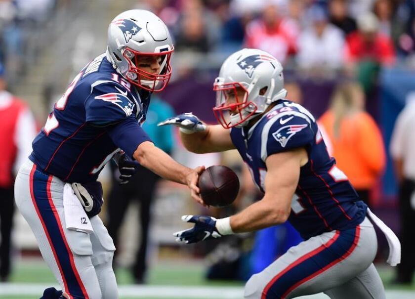 El mariscal de campo de los New England Patriots Tom Brady (i) le pasa el balón al corredor Rex Burkhead (d) durante la victoria de los Patriots sobre los Houston Texans en el Gillette Stadium en Foxboro, Massachusetts. EFE