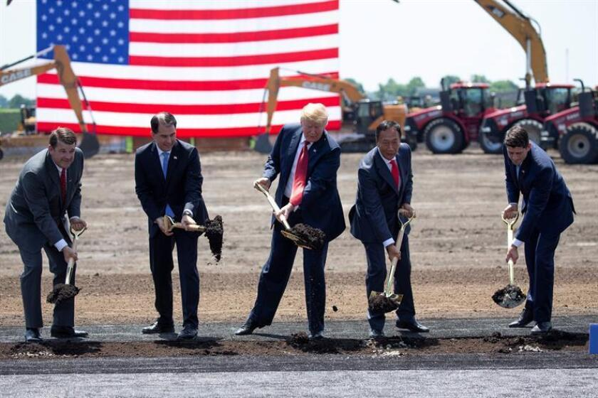 El presidente estadounidense, Donald Trump (3-i), el gobernador de Wisconsin, Scott Walker (2-i) y el presidente de la Cámara de Representantes, Paul Ryan (i), inauguran el terreno donde se construirá la nueva fábrica de Foxconn en Mount Pleasant, Wisconsin (EE.UU), hoy, 28 de junio de 2018. La empresa taiwanesa Foxconn, fabricante de los principales dispositivos de Apple, abrirá su nueva planta en 2020. EFE