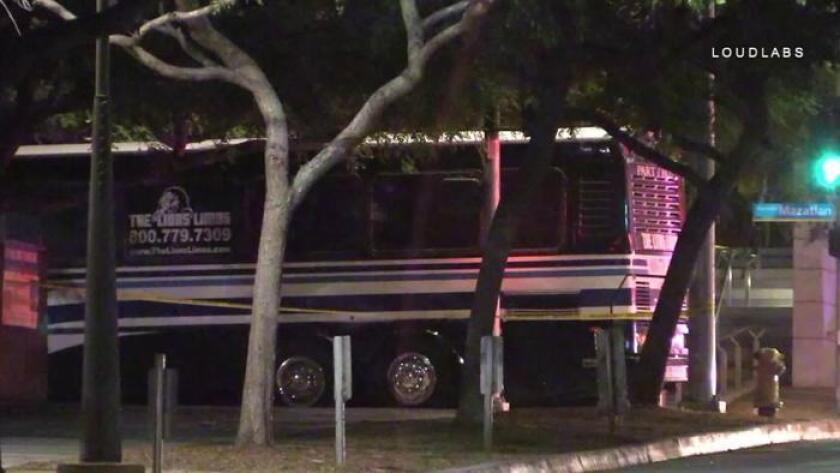Un autobús de fiesta involucrado en el tiroteo en Santa Mónica. (KTLA-TV)