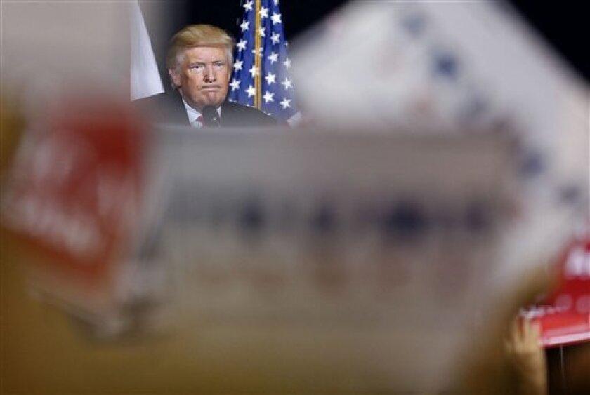 El candidato presidencial republicano Donald Trump una vez más pospuso discurso sobre migración.