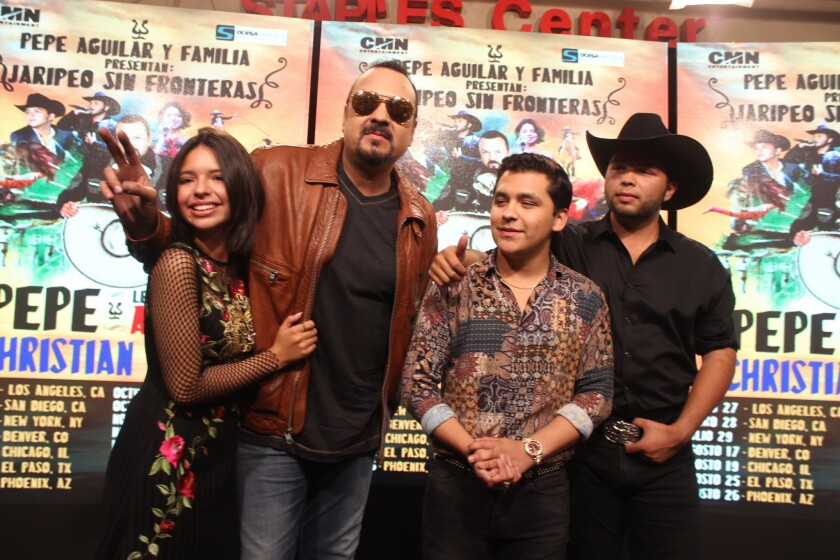 Pepe Aguilar (al centro) al lado de sus hijos Angela y Leonardo y del cantante Christian Nadal durante la conferencia de prensa del Staples Center.