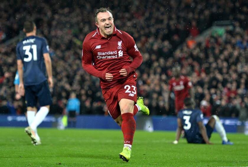 El extremo suizo Xherdan Shaqiri (c) celebra el tercer gol del Liverpool al Manchester United FC en Anfield en Liverpool, Reino Unido. EFE/EPA/