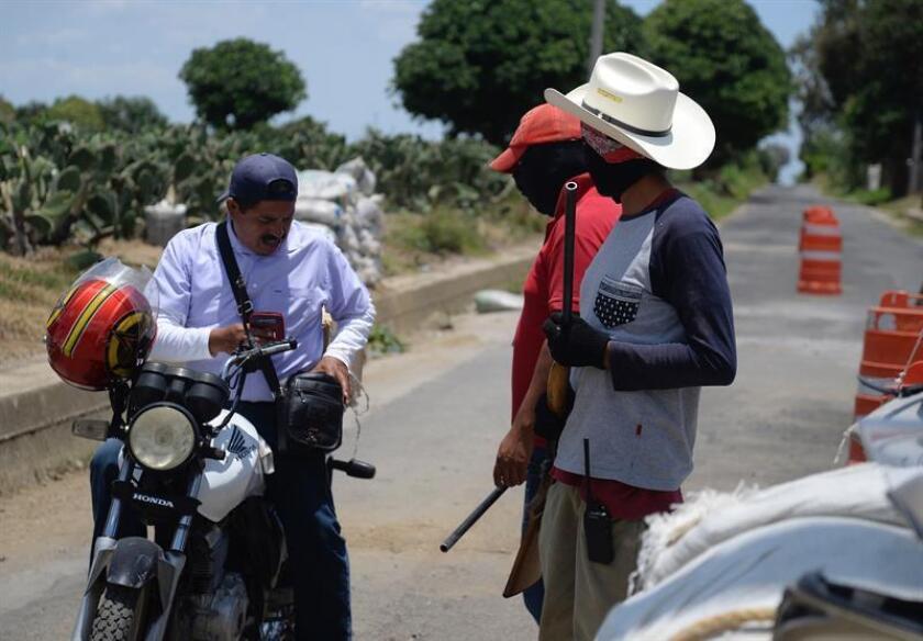 Habitantes revisan vehículo hoy, viernes 20 de julio de 2018, en el poblado de San Agustin Amatlipac, del municipio de Tlayacapan en estado de Morelos (México). Ciudadanos de tres municipios del estado mexicano de Morelos anunciaron hoy la creación de una policía comunitaria para enfrentar la violencia, los secuestros y las extorsiones de la delincuencia organizada. EFE