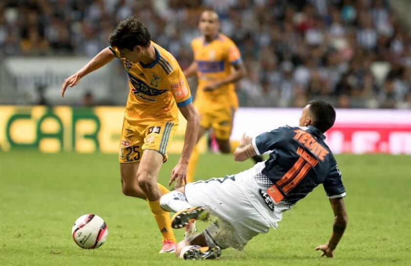 El jugador de Monterrey Leonel Vangioni (d) disputa el balón con Jürgen Damm (i) de Tigres. EFE/Archivo