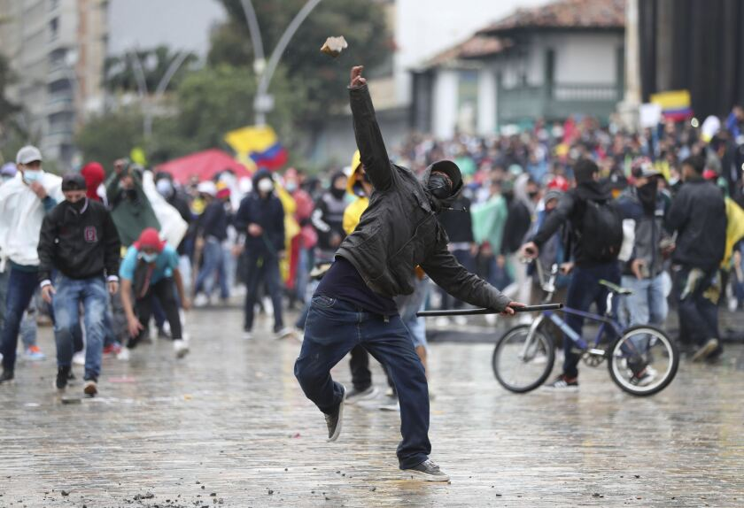 Un manifestante lanza una piedra a la policía en Bogotá, el miércoles 5 de mayo de 2021