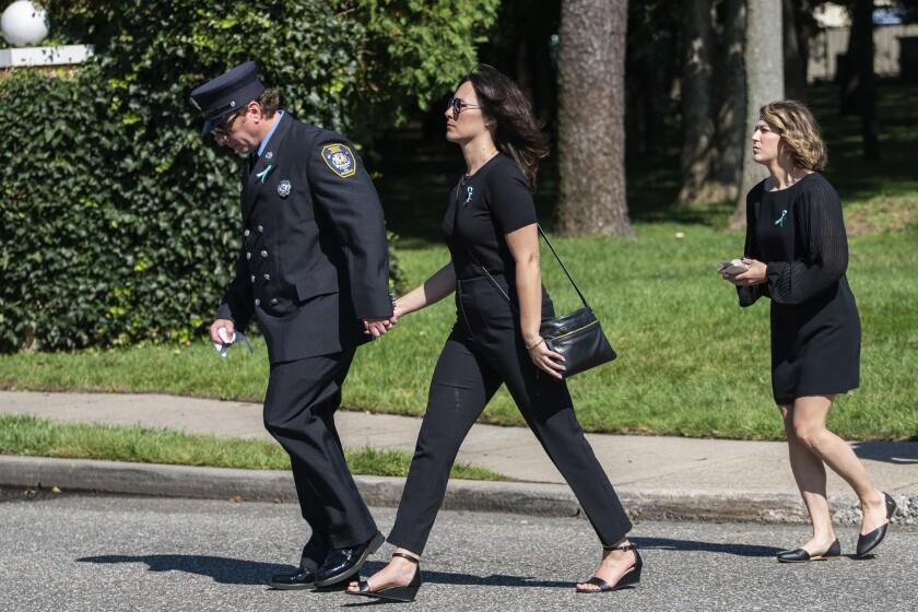 Tres personas llegan al funeral de Gabby Petito,