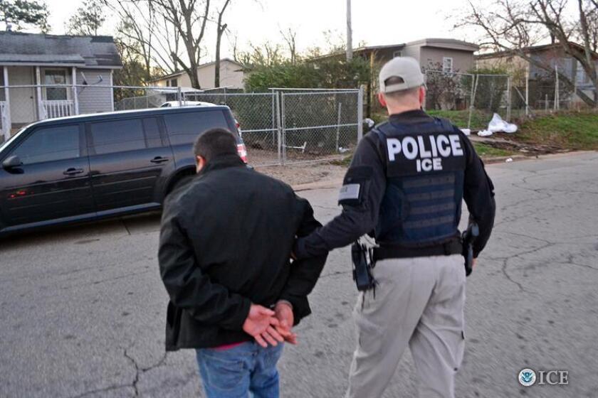 """Fotografía cedida hoy, 13 de febrero de 2017, de agentes del Servicio de Inmigración y Aduanas (ICE) realizando un arresto en Atlanta, Georgia, el pasado 9 de febrero. Los agentes de inmigración de EE.UU. detuvieron la semana pasada a 680 inmigrantes en la primera tanda de redadas de la presidencia de Donald Trump, informó hoy el Gobierno, que defendió que las operaciones se centraron en individuos que supusieran """"amenazas a la seguridad pública"""". EFE/BRIAN COX/ICE/SÓLO USO EDITORIAL/NO VENTAS"""