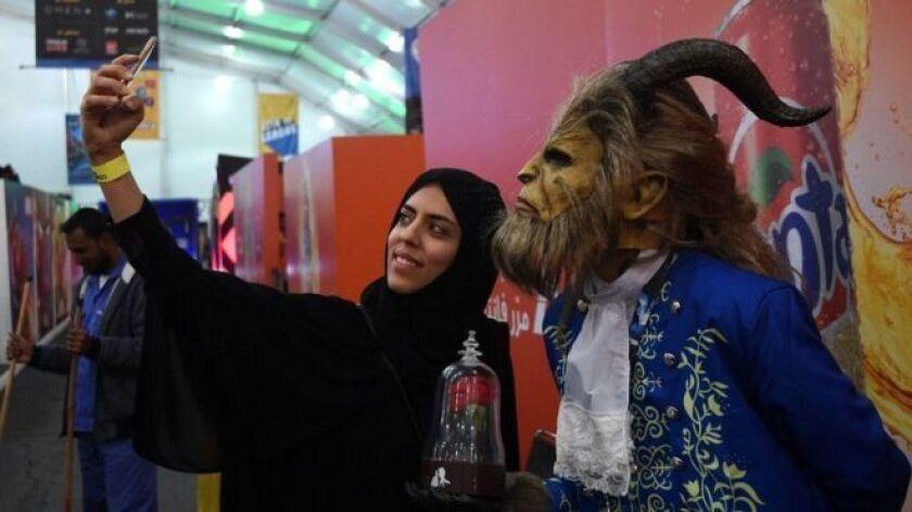 """""""El ministerio de Cultura e Información dice que comenzará a emitir licencias para cines de forma inmediata. Y se espera que los primeros multicines abran en marzo de 2018""""."""