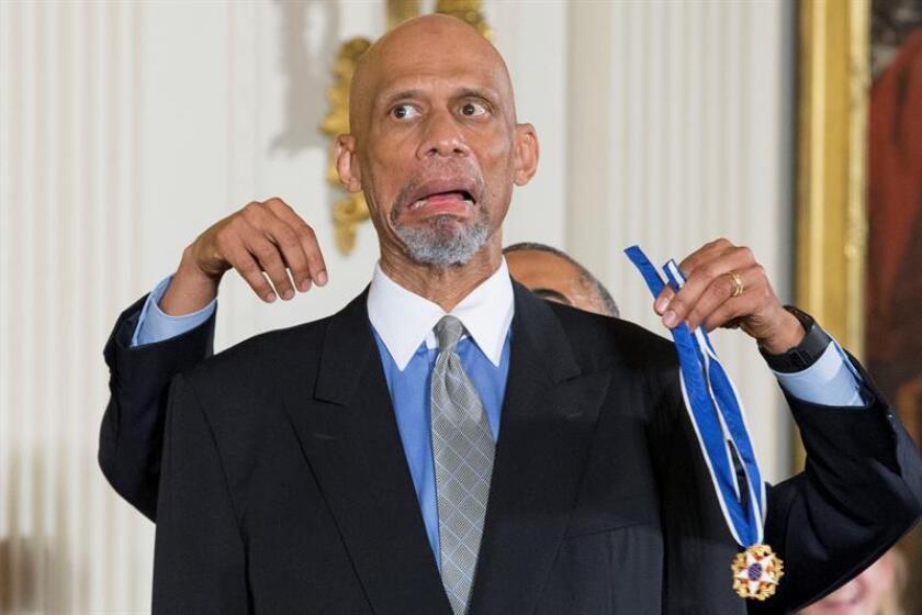 President Barack Obama (back) awards retired basketball player Kareem Abdul-Jabbar (front) the Presidential Medal of Freedom during a ceremony in the East Room of the White House in Washington, DC, USA, 22 November 2016. EPA-EFE/FILE/MICHAEL REYNOLDS