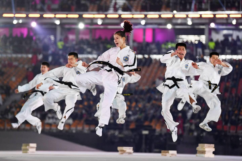 El espectáculo de luces, sonido y danza comenzó con una exhibición de taekwondo por parte de equipos de las dos Coreas.