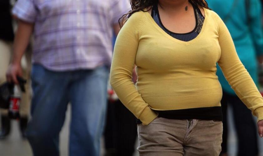 Imagen que muestra a una mujer con sobrepeso en Ciudad de México. EFE/Archivo