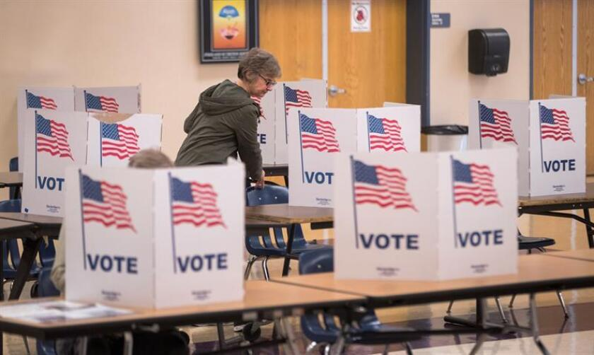 Una estadounidense emite su voto. Estados Unidos ha celebrado unas elecciones legislativas en las que se han renovado los 435 escaños de la Cámara de Representantes y un tercio de los 100 del Senado. EFE