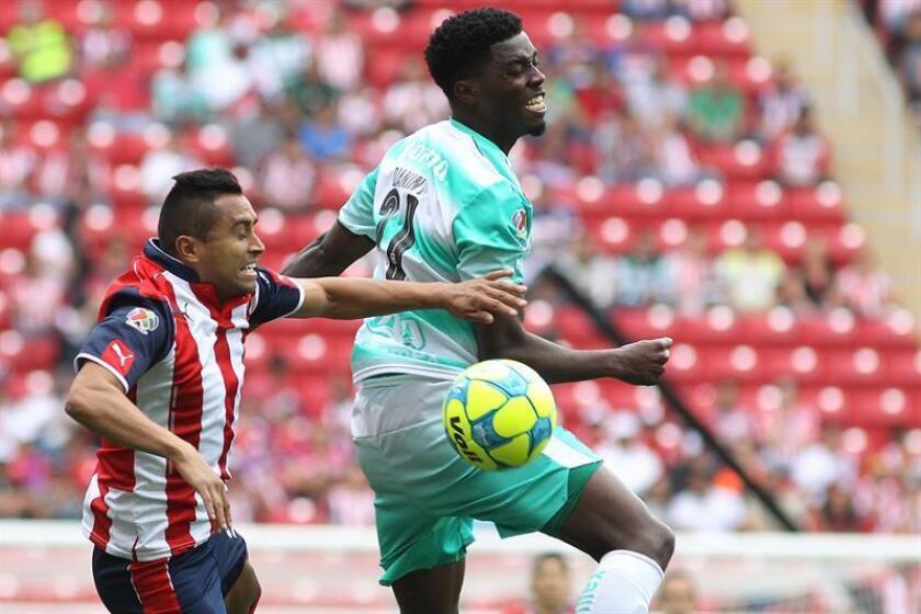 Edwin Hernández (i) de Chivas disputa el balón contra Djaniny Tavares (d) de Santos. EFE/Archivo