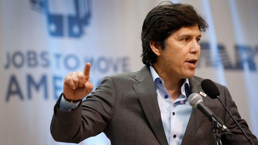 Kevin de León, the state Senate president pro tem, will challenge his fellow Democrat Dianne Feinstein for one of California's U.S. Senate seats.