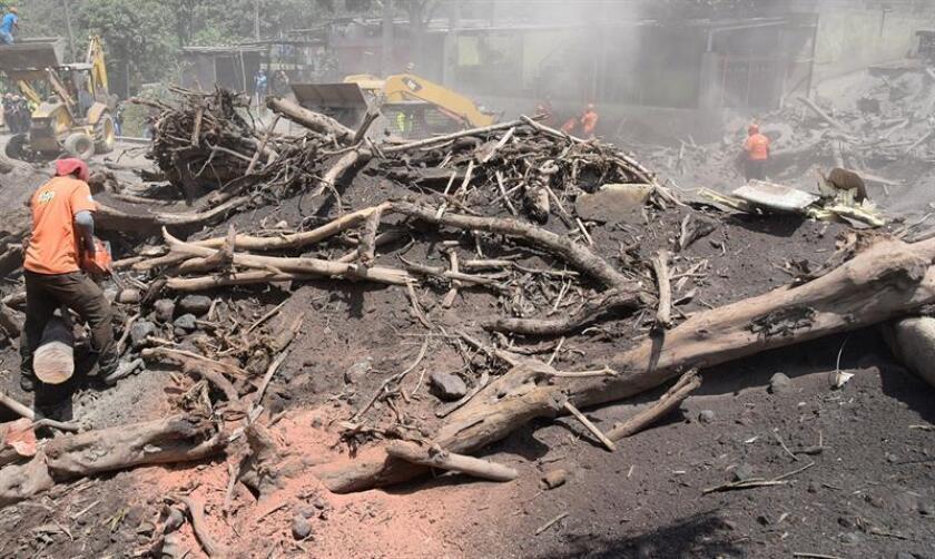 Rescatistas continúan las labores de búsqueda y rescate hoy miércoles 6 de junio de 2018, en el caserío de San Miguel de Los Lotes, una aldea integrada a la ciudad de Escuintla (Guatemala). EFE