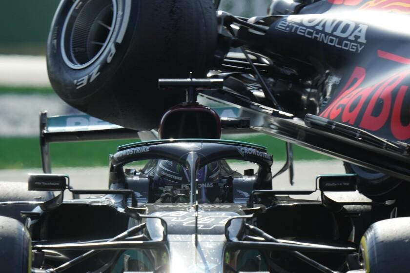 La rueda Red Bull de Max Verstappen sobre el Mercedes de Lewis Hamilton durante el Gran Premio de Italia