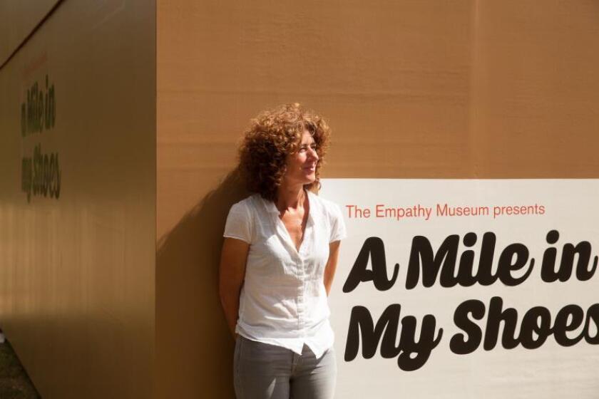"""Fotografía sin fechar cedida por la Bienal de las Américas Denver, Colorado (EE.UU.), donde aparece la artista inglesa Clare Patey, colaboradora del proyecto """"Una milla en mis zapatos"""" que forma parte de la Bienal de las Américas de esa ciudad. EFE/Cortesía Bienal de las Américas Denver/SÓLO USO EDITORIAL"""