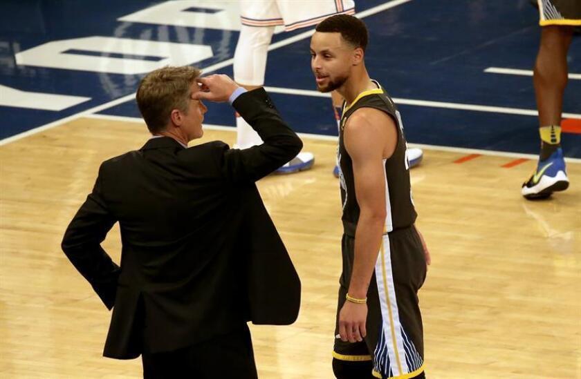 El entrenador de Golden State Warriors Steve Kerr (i) habla con el jugador Stephen Curry (d) durante un partido. EFE/Archivo