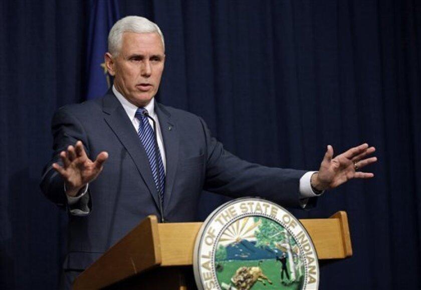 El gobernador de Indiana Mike Pence habla durante una conferencia de prensa en el Edificio del Poder Legislativo, el jueves 26 de marzo de 2015, en Indianápolis.