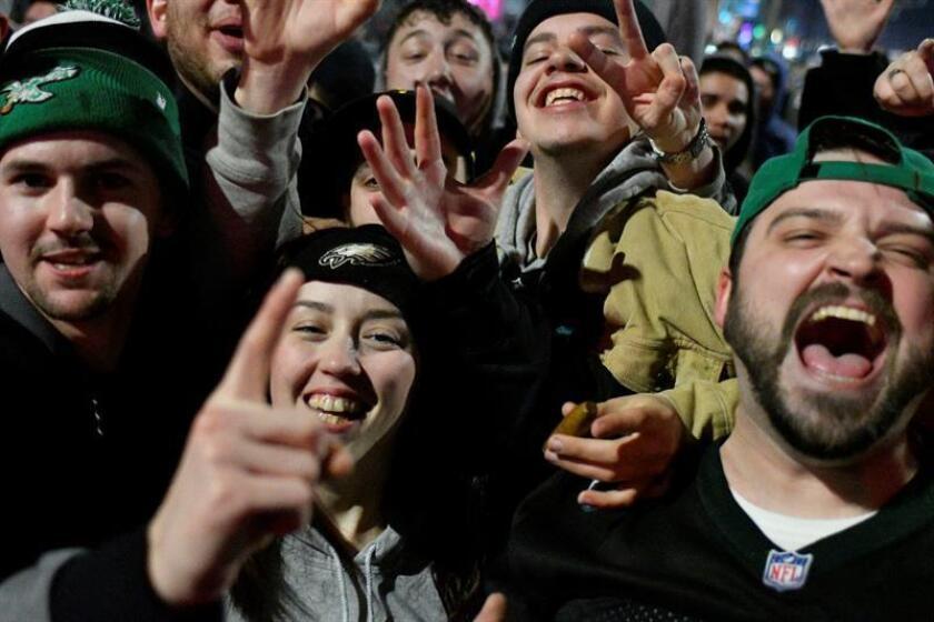 La celebración después de tanta espera mereció la pena para que desde altas horas de la madrugada algunos acamparan en automóviles y edificios de oficinas e incluso en tiendas de campaña para asegurarse que podrían ser testigos de la celebración de los nuevos campeones del Super Bowl. EFE